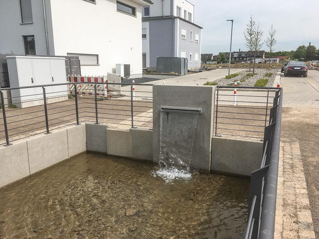 Brunnenplatz: Beginn des Bachlaufes